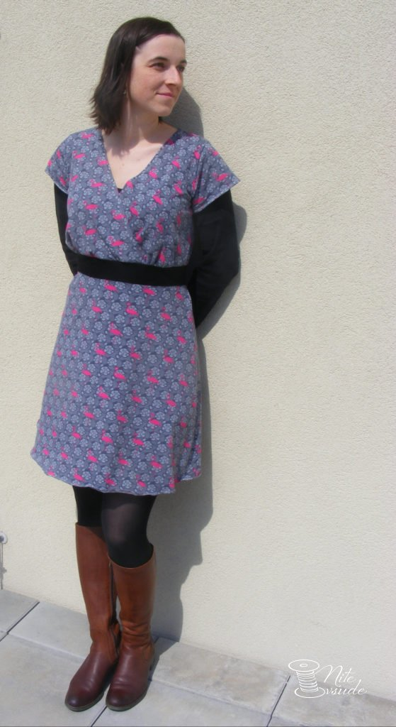 Plameňákové šaty jsou falešně zavinovací a vzadu nemají pásek ale volnou  vázačku. V jednom střihu Butterick 6051 najdete hned několik variant těchto  šatů. 766384e7a3